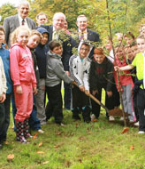 Mr. Brendan Smith, T.D., Minister forAgriculture, Fisheries and Food is pictured with PJ Fitzpatrick, Coillte District Manager, planting a tree in Dun a Rí Forest Park to mark Tree Day 2009.